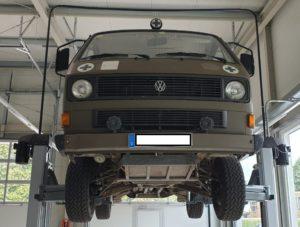 VW-T3-Syncro-Ex-Krankenwagen auf der Hebebühne